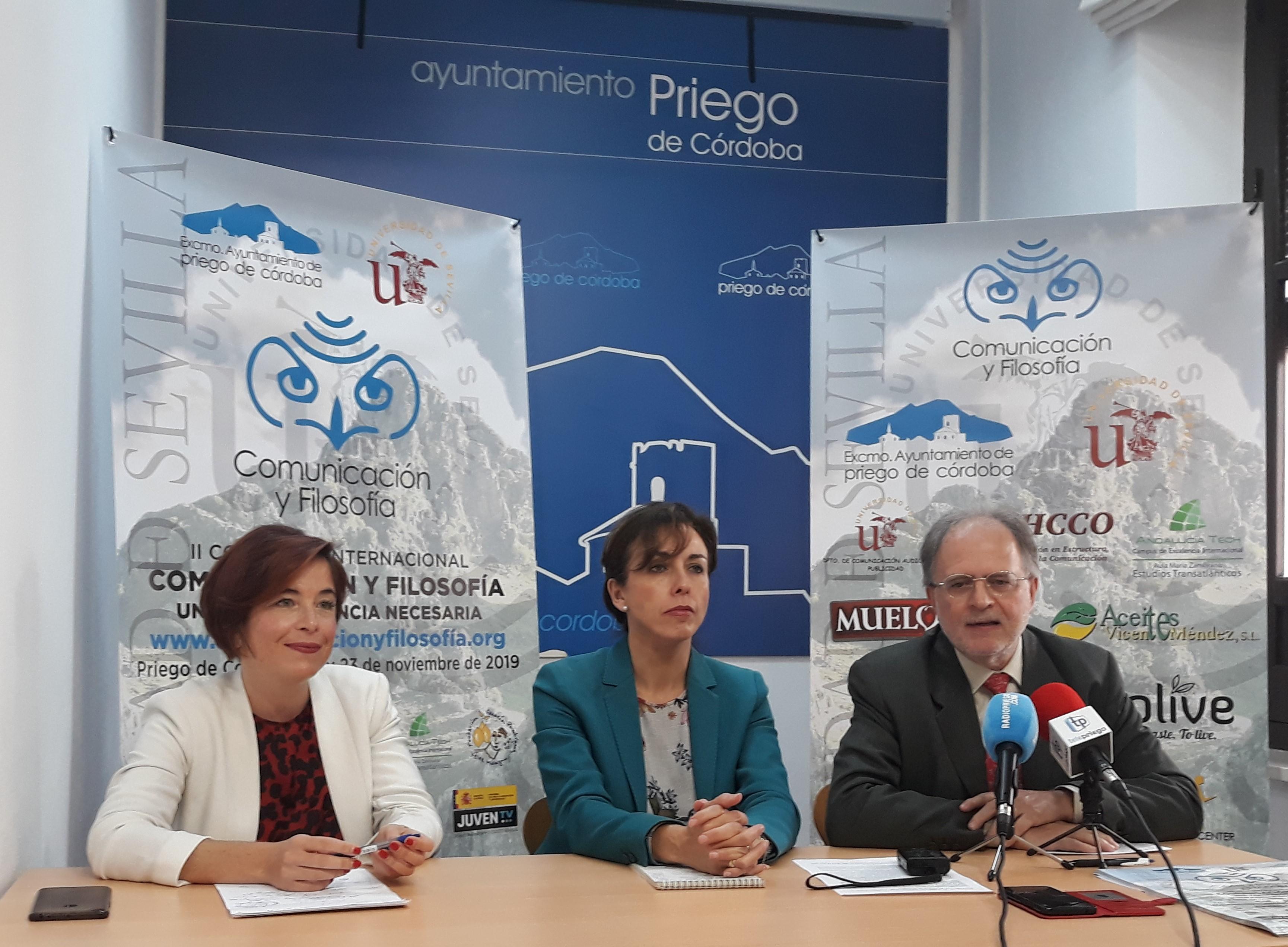 Dos de los momentos de la rueda de prensa, de derecha a izquierda, Profesor Dr. Ramón Reig, Director del Congreso, Alcaldesa de Priego M. Luisa Ceballos y la Profesora y Doctora en Comunicación, Lucía Ballesteros